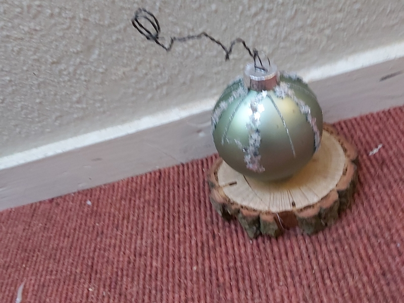 groene kerstbal op houten plankje